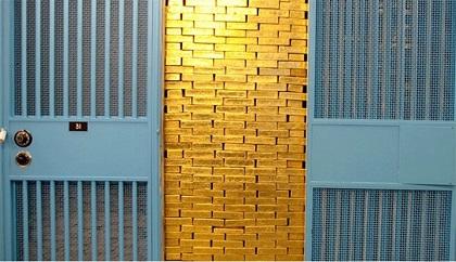 Dollar tăng, đà giảm đeo bám thị trường vàng