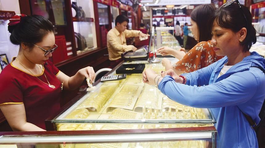 Giá vàng tiếp tục tăng nhẹ, giữ ở mức cao trong phiên đầu tuần