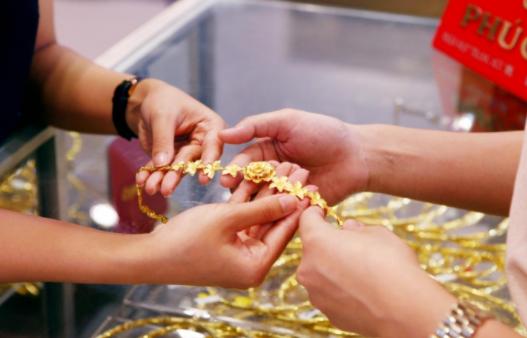 Nhà đầu tư lớn bán tháo, vàng thế giới và trong nước cùng 'chìm'
