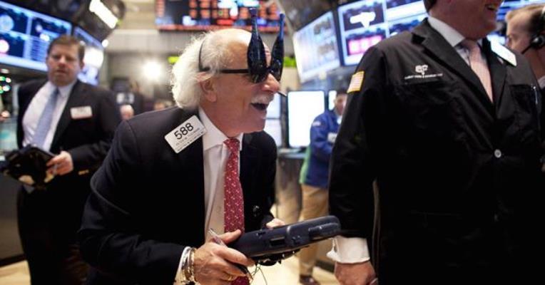 Phiên 24/11: Phố Wall lên kỉ lục, Dow Jones lần đầu vượt mốc 30.000; Giá dầu lên đỉnh 8 tháng