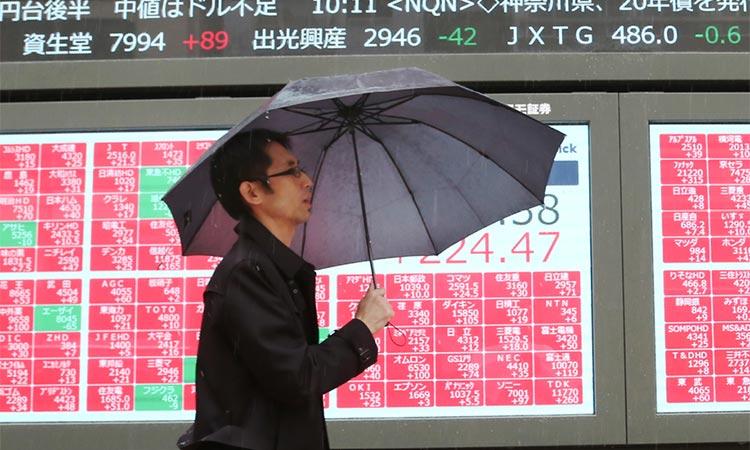 Chứng khoán Nhật, Hàn đỏ rực vì số ca nhiễm Covid-19 tăng mạnh