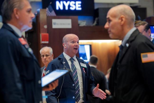 Phiên 8/4: S&P 500 lập kỉ lục 2 phiên liền nhờ Fed, Dầu thô giảm do nguồn cung