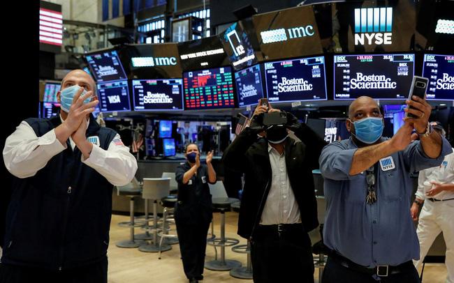Phiên 30/7: Lực bán cổ phiếu công nghệ khiến phố Wall đi xuống, Dầu thô