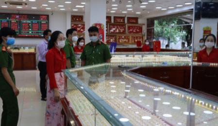 Bình Phước: Nữ nhân viên của tiệm vàng lấy trộm 2.380 chiếc nhẫn vàng