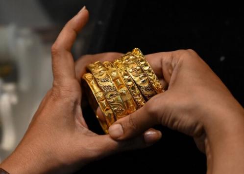 Vàng nội 'cắm đầu lao dốc', vàng ngoại kiên trì sát mốc 1.800 USD/ounce, chênh lệch giữa hai thị trường sụt giảm mạnh