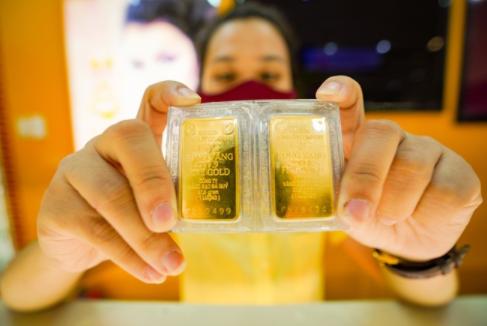 Có nên mua vào khi vàng trong nước cao hơn thế giới gần 9 triệu đồng?