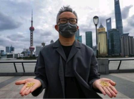 Trung Quốc: Một nghệ sỹ ném 1.000 hạt gạo làm từ vàng xuống cống để kêu gọi tránh lãng phí lương thực